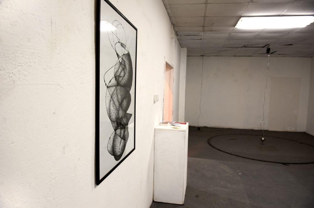 2-jorrit-paaijmans-without-titel-inkoustova-kresba-a-drawing-machine-na-pozadi